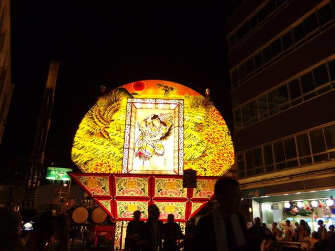 弘前ねぷた黄金色の海原と鷹、津軽牡丹の描かれた艶やかな見送り絵