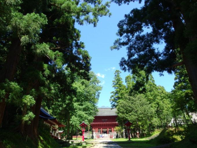 夏の青空と緑に彩られた岩木山神社参道