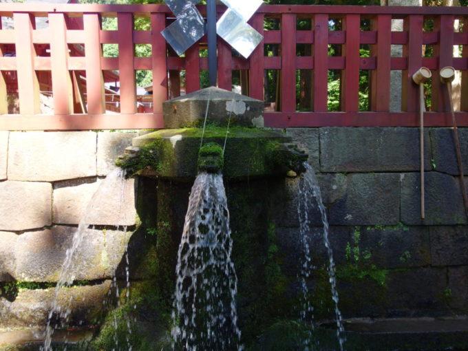 岩木山神社湧水が勢いよく溢れる手水舎