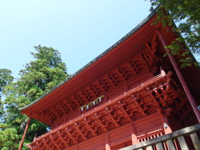 岩木山神社緻密に組まれた楼門の大屋根
