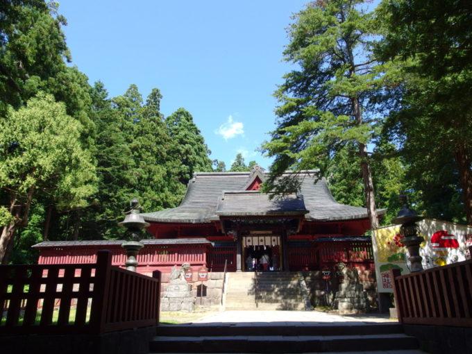 夏空と木々に包まれた岩木山神社拝殿
