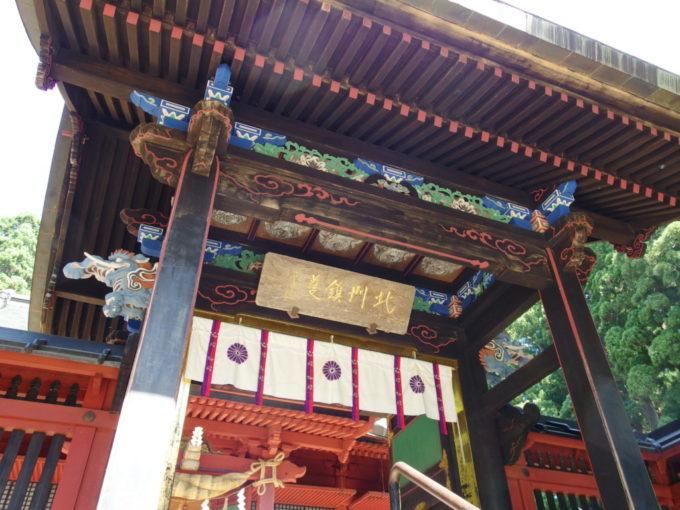 極彩色に彩られた美しい彫刻を持つ中門