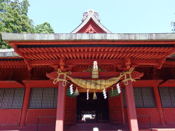 岩木山神社立派な注連縄と米俵の飾られた拝殿