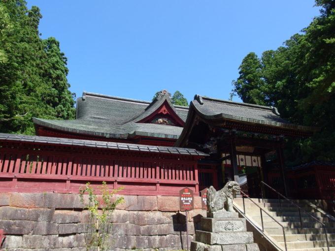 岩木山神社拝殿破風で睨みを利かす虎の彫刻
