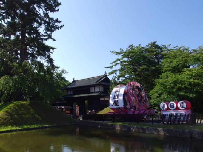 弘前城追手門前に並ぶねぷた