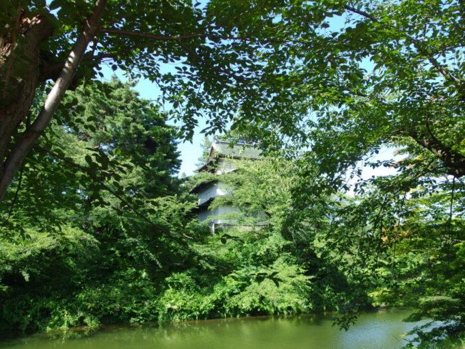 夏の弘前公園豊かな桜の緑と弘前城辰巳櫓