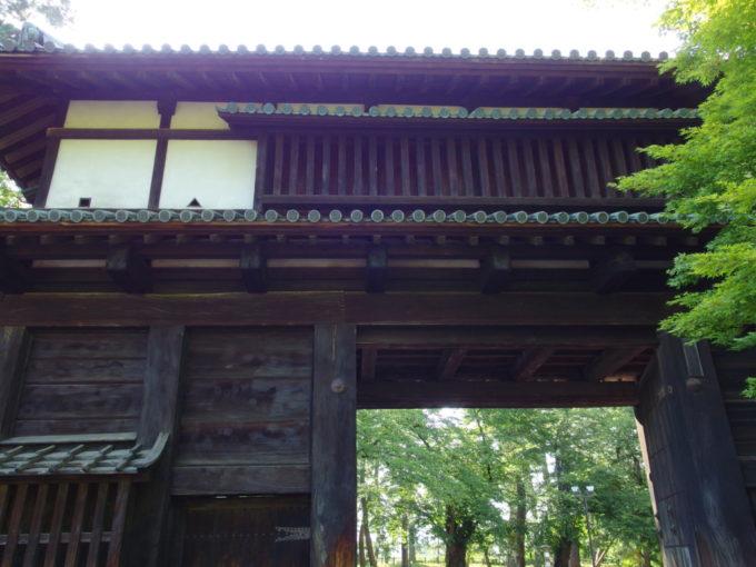 夏の弘前公園重厚な弘前城南内門