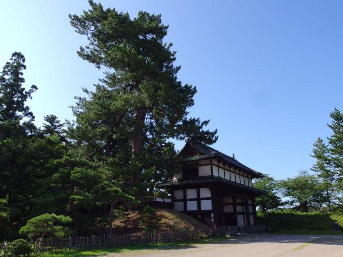 夏の青空に映える弘前城亀甲門