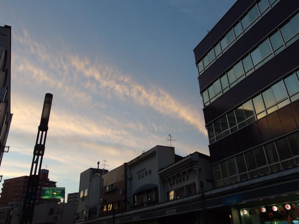 暮れ始めるねぷた待ちの弘前の空