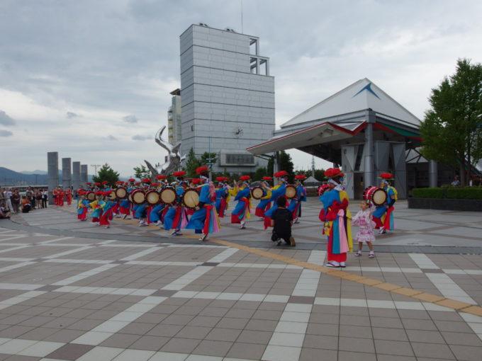 盛岡駅西口で披露されるさんさ踊り