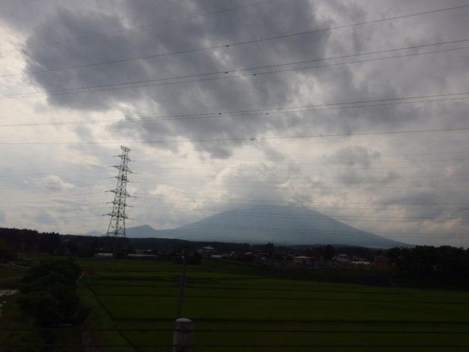 八幡平安比宿泊者限定の送迎バス車窓から眺める曇天の岩手山