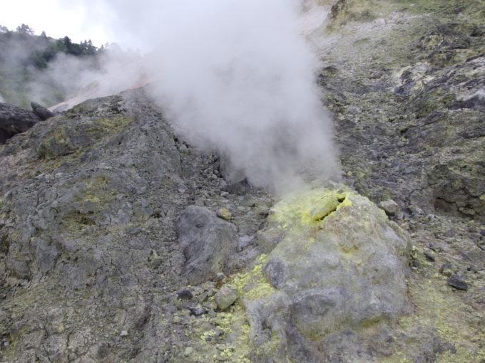 玉川温泉自然探求路蒸気が勢いよく噴き出す噴煙地
