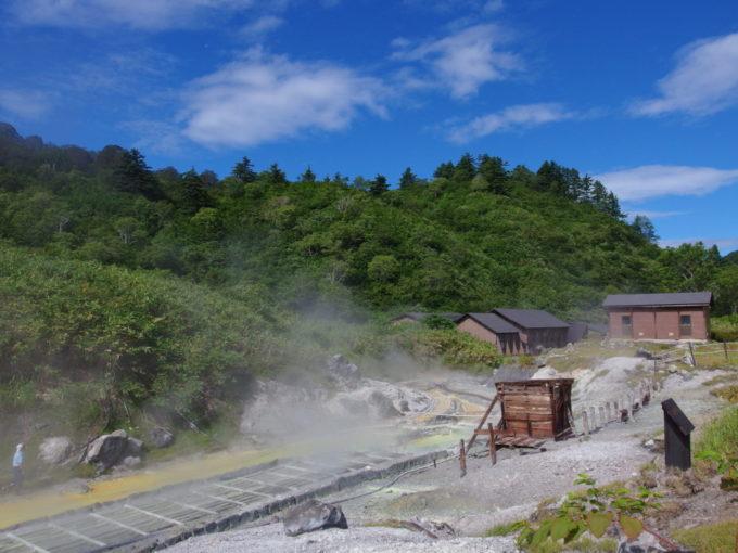 夏の晴れ空の下佇む玉川温泉