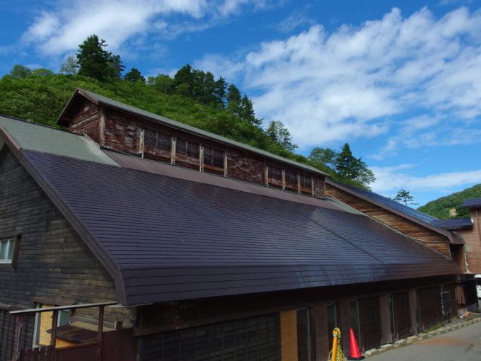 夏の晴れ空の下佇む玉川温泉の湯屋