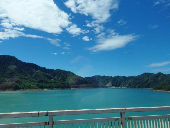 夏の青空の下独特の青さを湛える玉川ダム宝仙湖