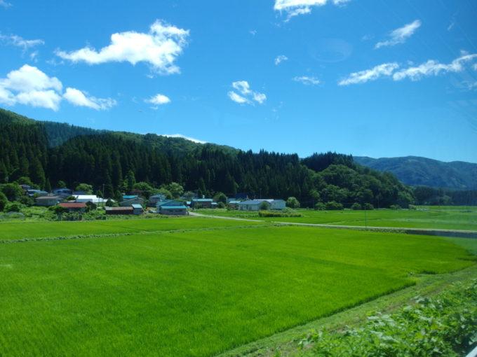 羽後交通田沢湖駅前行きバスは山を駆け下り田園へ