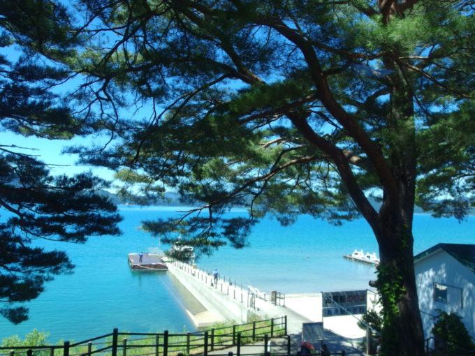 爽快な青さをみせる夏の田沢湖