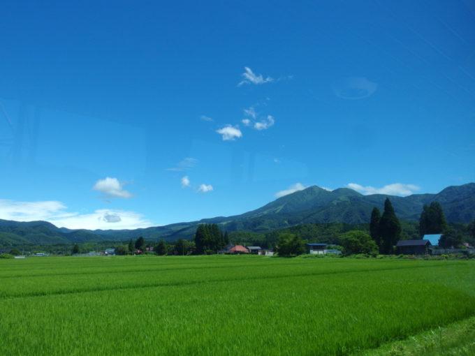 豊かな田園の先に聳える秋田駒