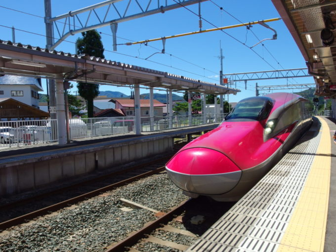 田沢湖駅に入線するE6系こまち号東京行き