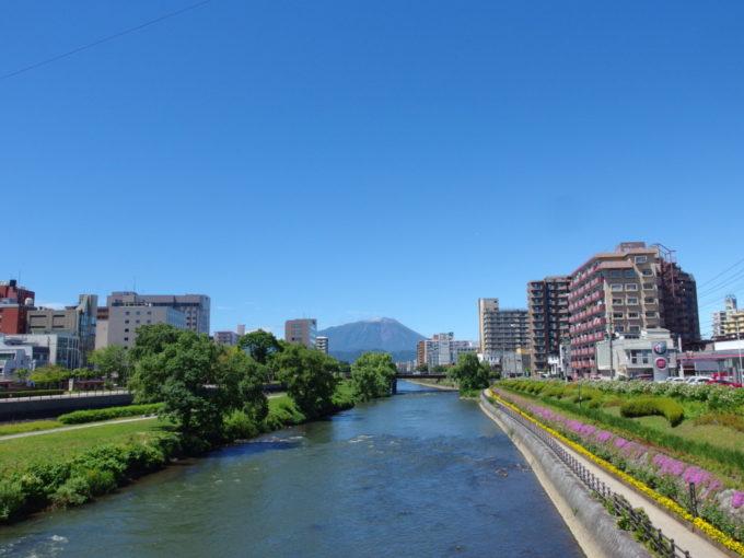 盛岡駅前開運橋から望む夏の岩手山