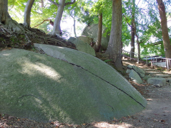 櫻山神社の烏帽子岩とその隣に位置する盛岡城跡の巨岩