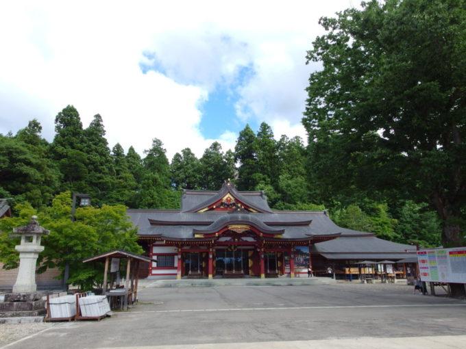 盛岡八幡宮立派な朱塗りの社殿