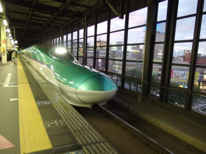 夕空の盛岡駅に入線するH5系はやぶさ号東京行き