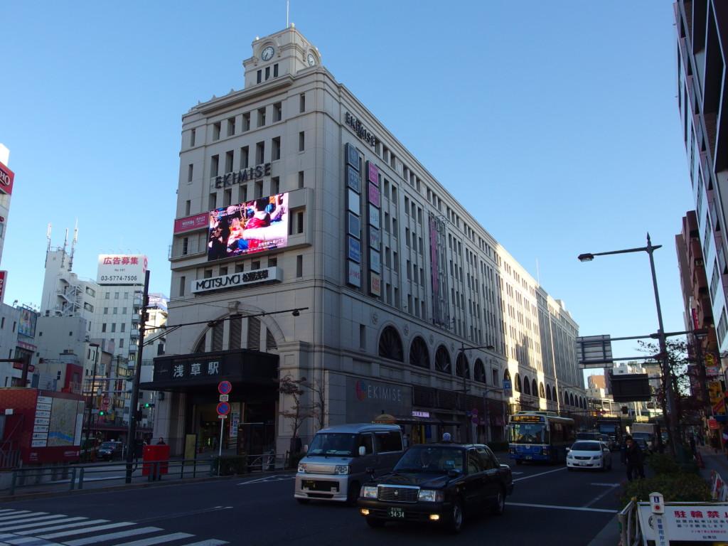初頭の朝日に照らされる東武浅草駅
