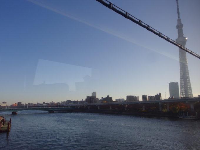 東武100系スペーシアきぬ号は浅草駅を出てスカイツリーを眺めつつ隅田川を渡る