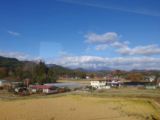 東武特急スペーシア車窓から眺める晩秋の日光連山