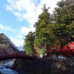 晩秋の日光名残の紅葉と朱塗りの神橋