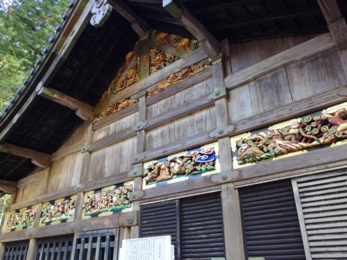 三猿をはじめ人の一生を猿の彫刻で表した日光東照宮神厩舎