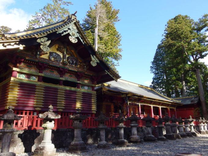 鮮やかな彫刻と色彩に彩られる日光東照宮三神庫