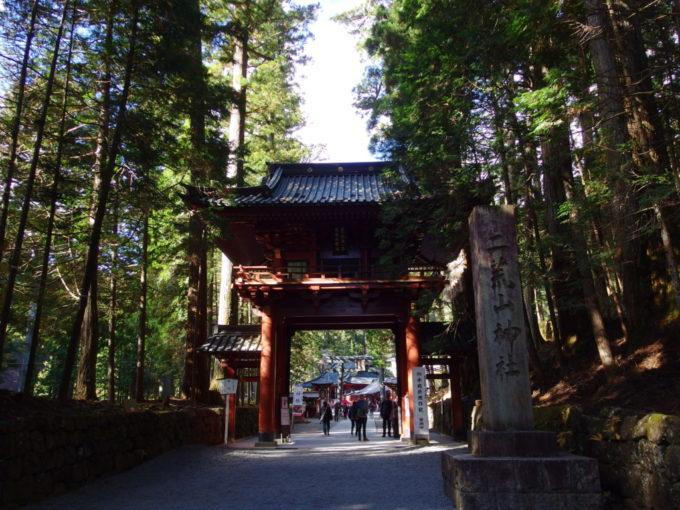日光二荒山神社青い杉木立に映える朱塗りの門