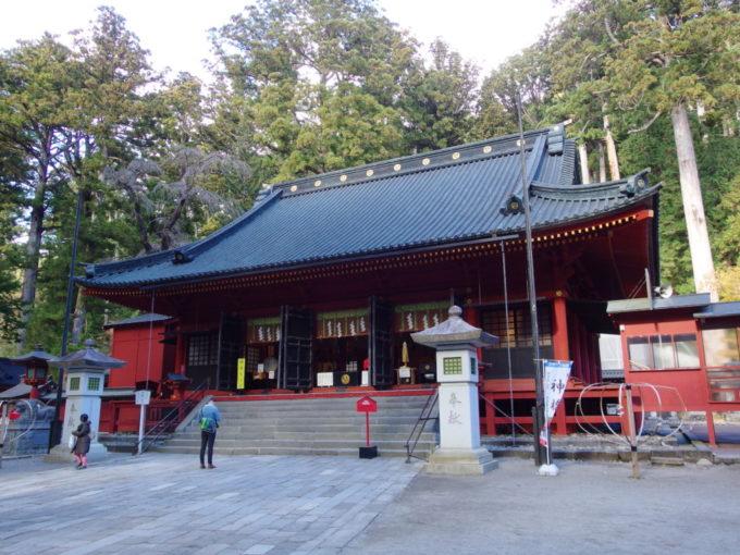 日光二荒山神社朱と黒が印象的な拝殿