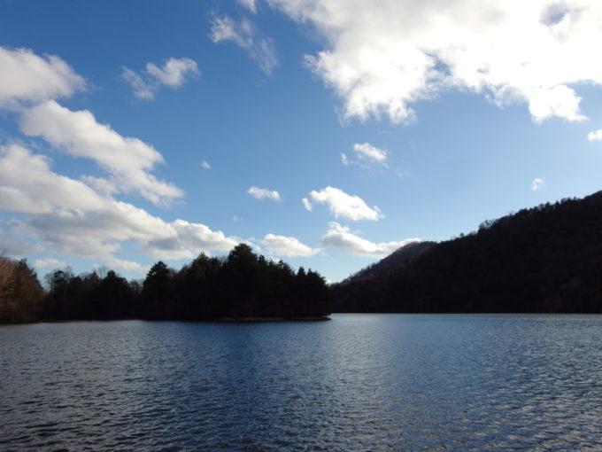晩秋の午後の青空の下広がる湯ノ湖