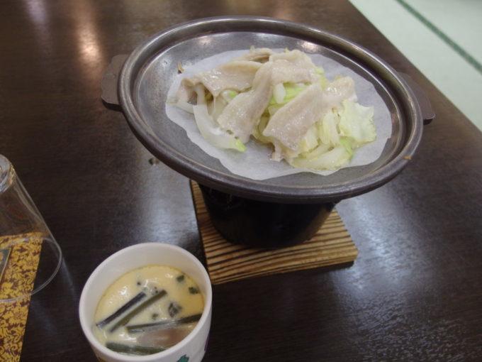 日光湯元温泉湯守釜屋1泊目夕食山菜の茶碗蒸しと豚の陶板焼き