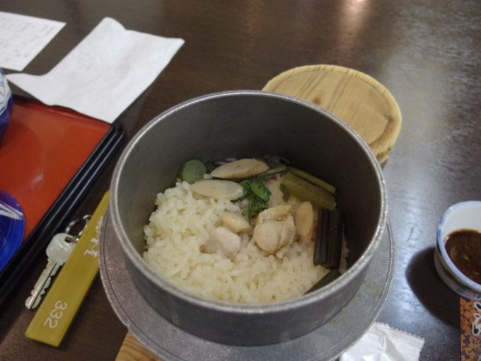 日光湯元温泉湯守釜屋1泊目夕食山菜と鶏の釜めし
