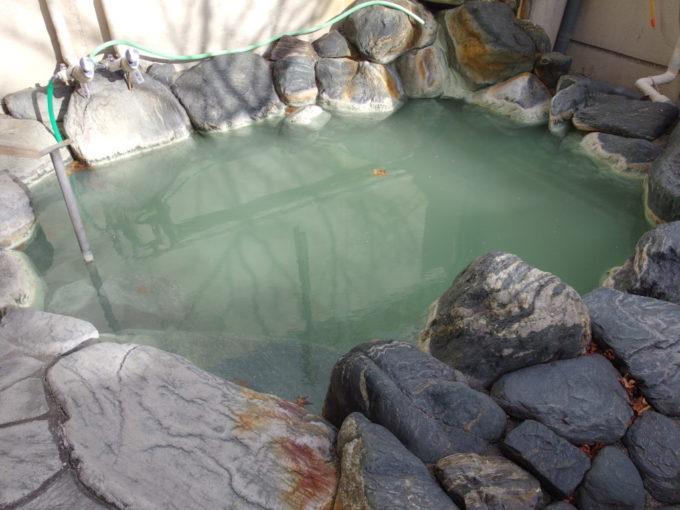 日光湯元温泉湯守釜屋うす濁りになった露天風呂緞子の湯