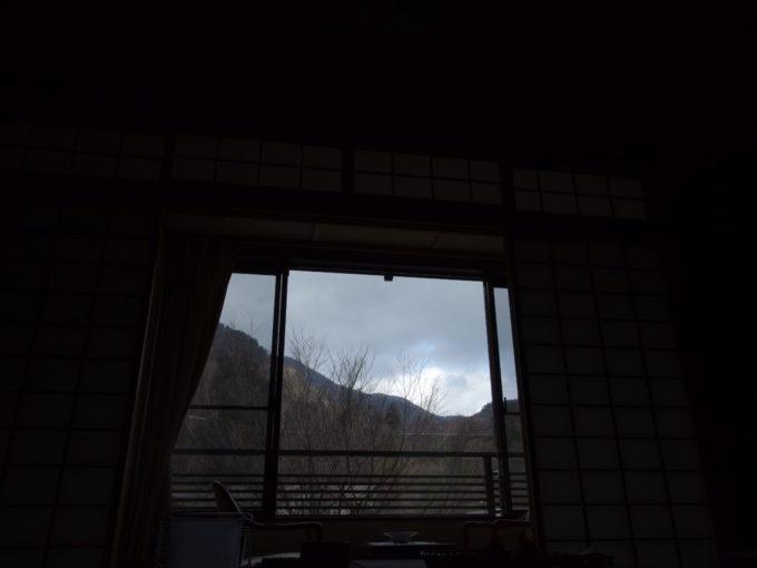 日光湯元温泉湯守釜屋部屋でごろ寝しながら見上げる初冬の曇天