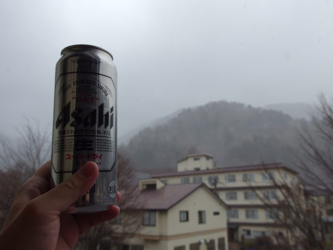 日光湯元温泉湯守釜屋舞い落ちる初冬の雪を眺めつつ飲むビール