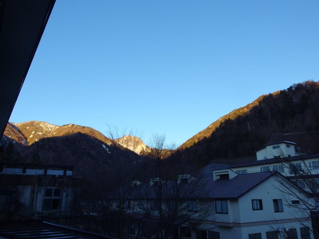 日光湯元温泉湯守釜屋で迎える初冬の晴れた朝