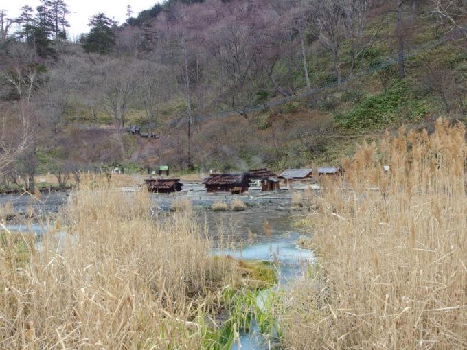 荒涼とした初冬の湿原に広がる日光湯元の源泉小屋