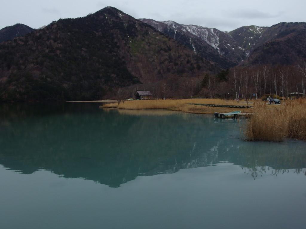 初冬の日光湯元温泉源泉で濁る湯ノ湖