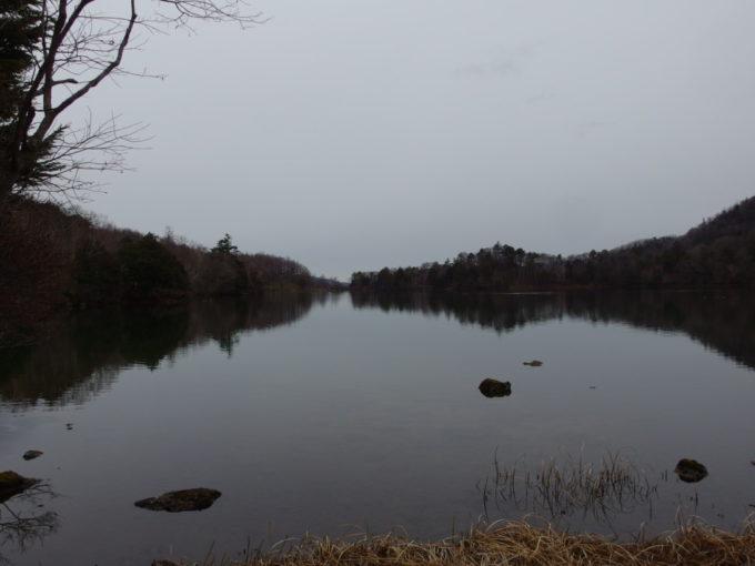 初冬の日光湯元温泉モノトーンに包まれる湯ノ湖
