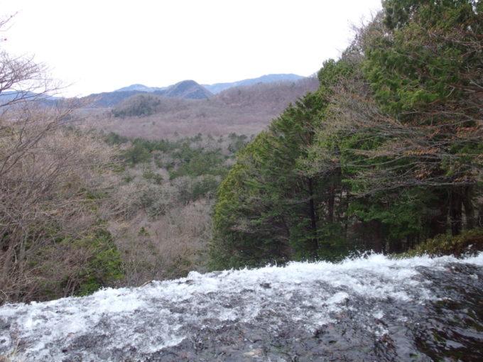 初冬の湯ノ湖湯滝の落ち口