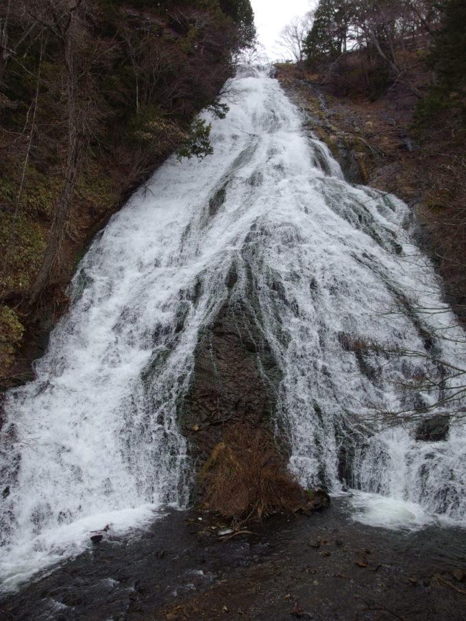 初冬の湯滝二股に別れ滝つぼへと落ちる