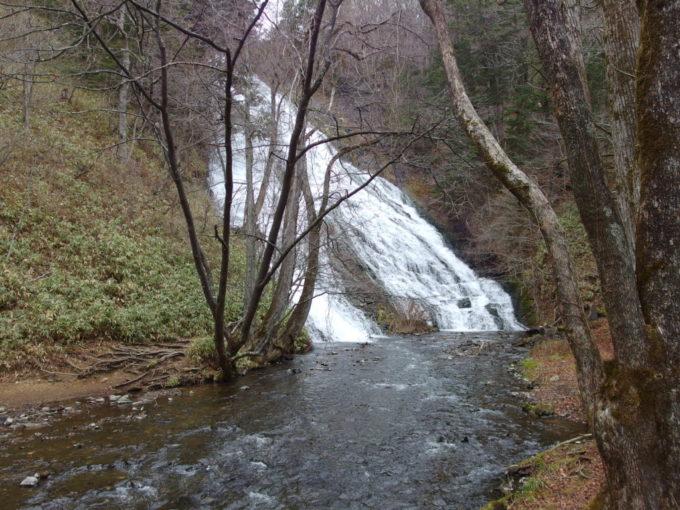 絶妙な角度と水量を持つ湯滝
