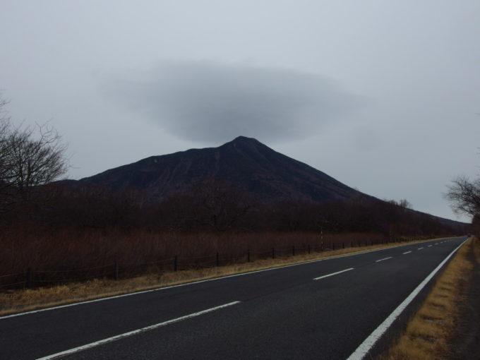 初冬の奥日光戦場ヶ原付近から眺める雄大な男体山