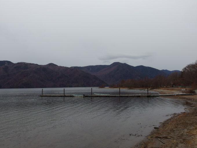 初冬の日光中禅寺湖静まり返る菖蒲ヶ浜